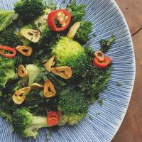 Smażony jarmuż i brokuł z dodatkiem kminku i chilli.