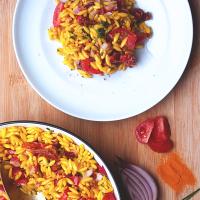 Sałatka z makaronem orzo i suszonymi pomidorami